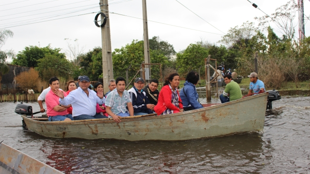 © Puerto Elsa residents take to boats as floodwaters rise